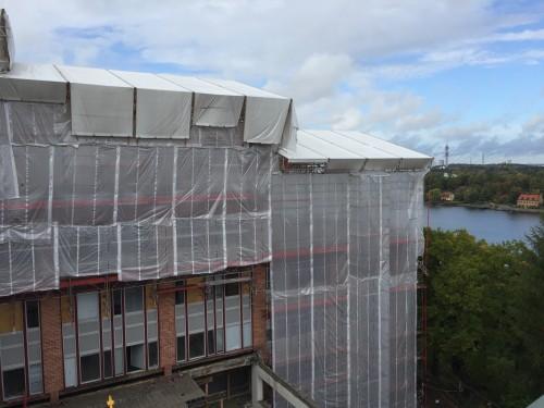 Väderskydd över en av totalt fyra huskroppar på projektet Fabrikörsvägen 4 i Nacka. Under väderskyddet byggs bostäder med fantastisk utsikt över Stockholms inlopp.