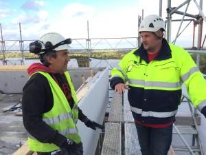 Bo Elisasson och Ramiro Linares på högsta punkten. –Det är full kontroll som gäller när man bygger på över 50 meters höjd.